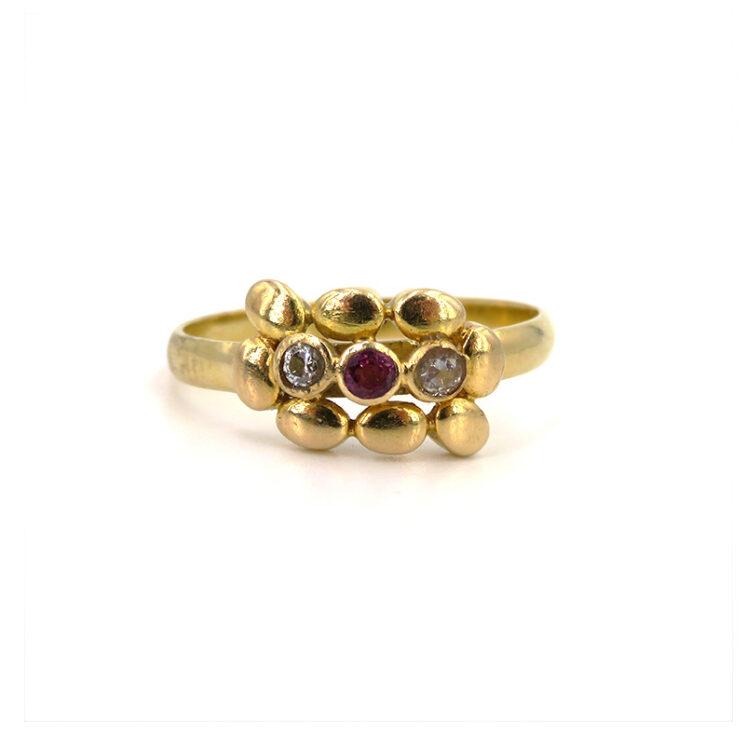 Goldring besetzt mit Diamanten und Rubin